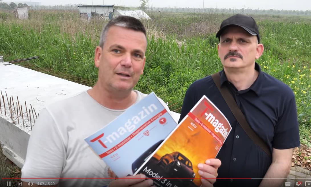 Marcus und Thomas vor der Tesla Gigafactory 3
