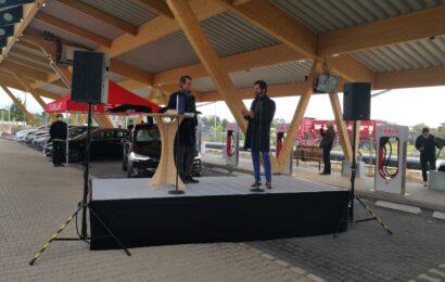 Fastned und Tesla eröffnen Deutschlands größten Schnellladepark