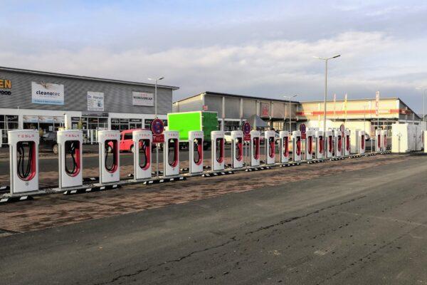 Größter Tesla Supercharger Zentraleuropas in Oberhonnefeld in Betrieb genommen