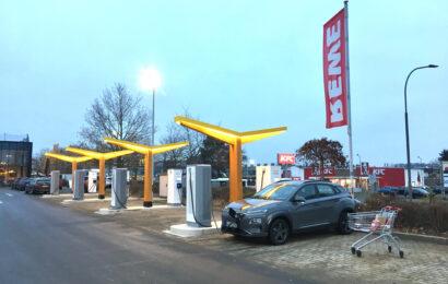 Fastned eröffnet erste Schnellladestation an REWE-Supermarkt