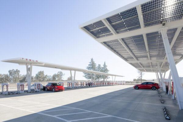 Über 100 Ladeplätze: Größter Tesla Supercharger der Welt bestätigt