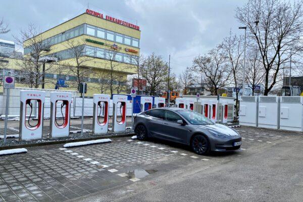 Tesla eröffnet innerstädtischen Supercharger am OEZ München
