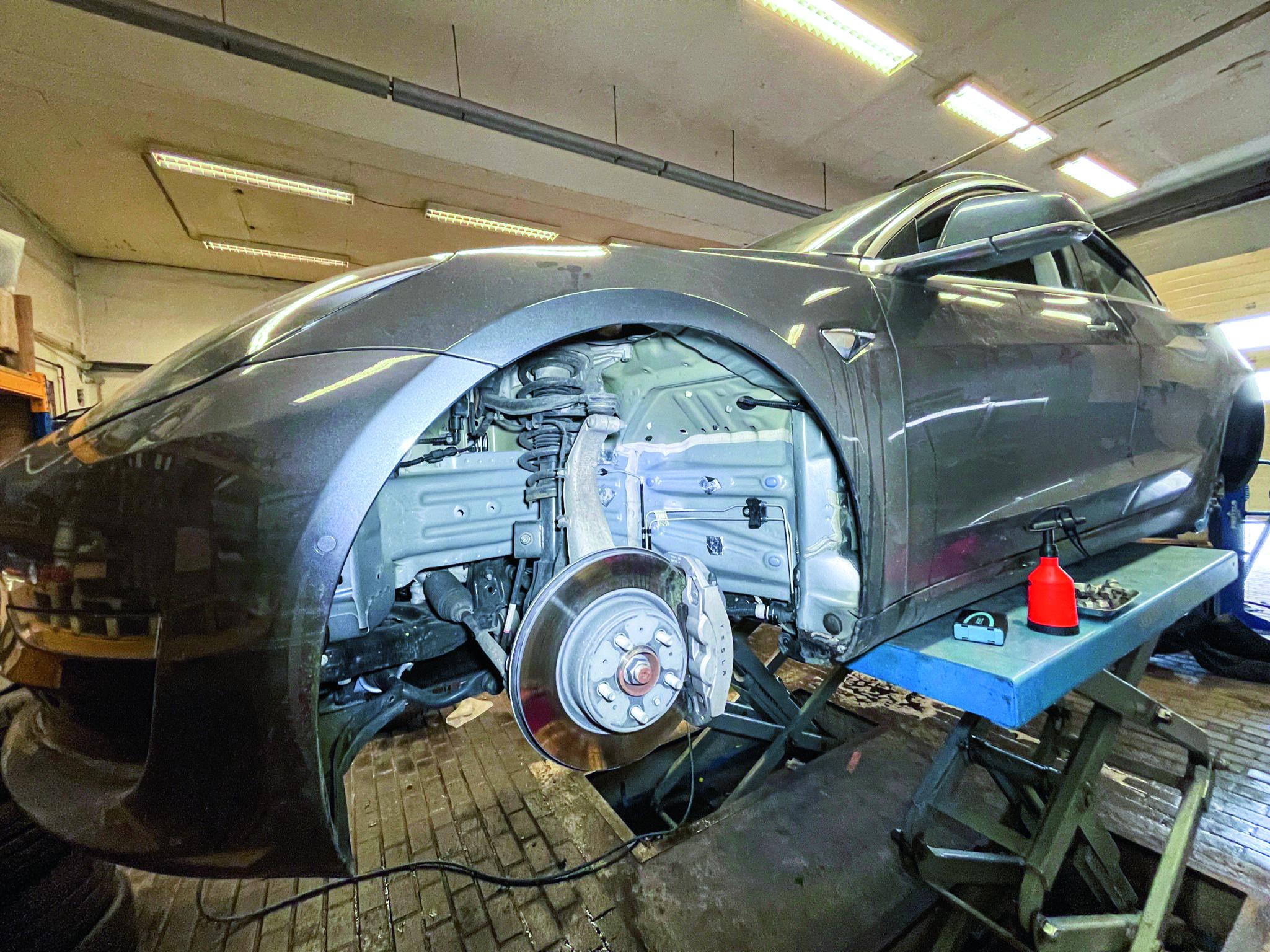 Model 3 Long Range AWD mit demontierten Reifen und gesäubertem Radhaus.