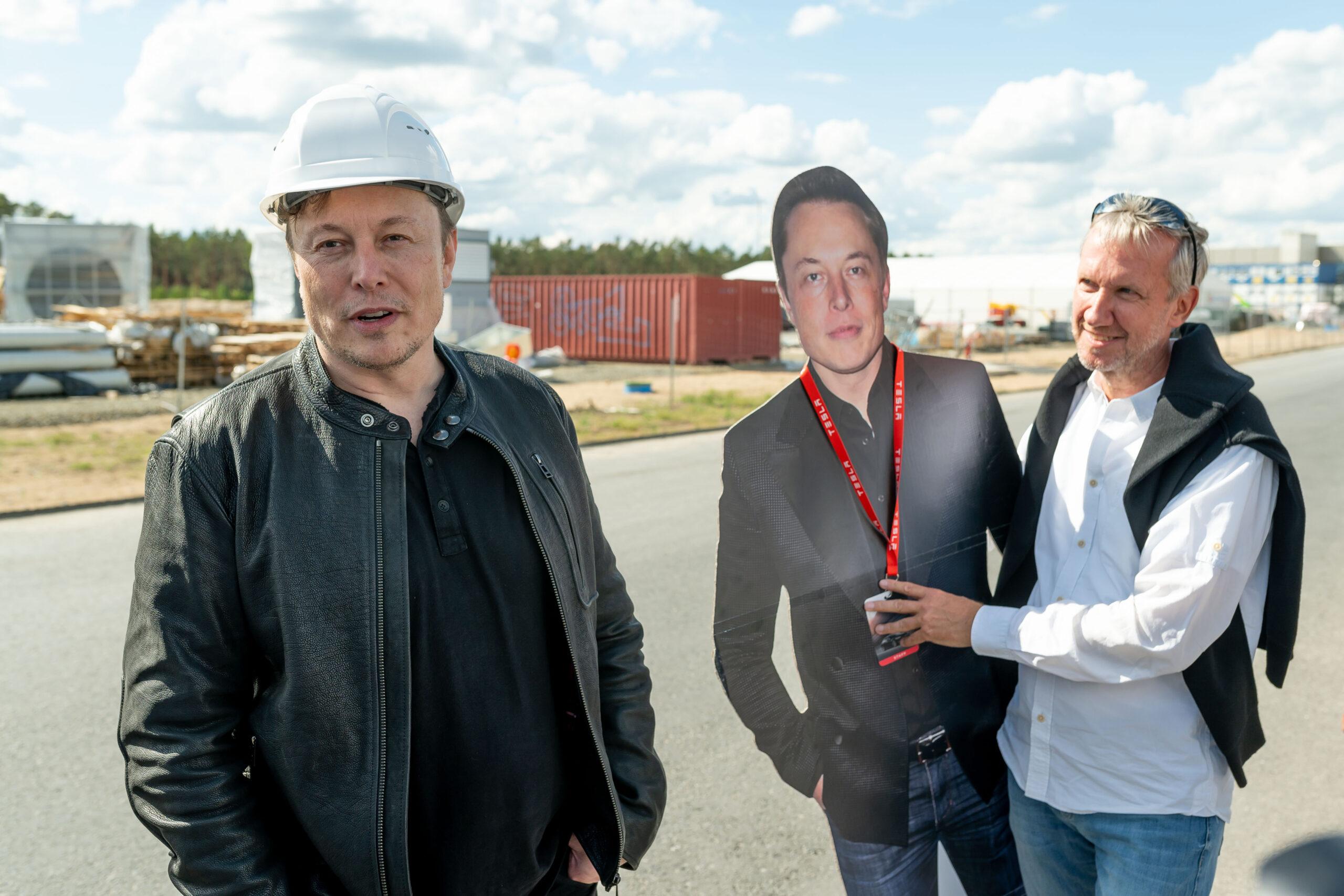 Elon Musk vor der Baustelle GigaFactory Grünheide