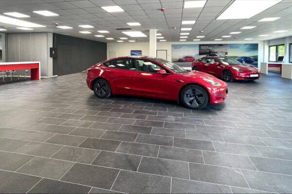 Erstes Tesla Center für Mecklenburg-Vorpommern in Rostock eröffnet