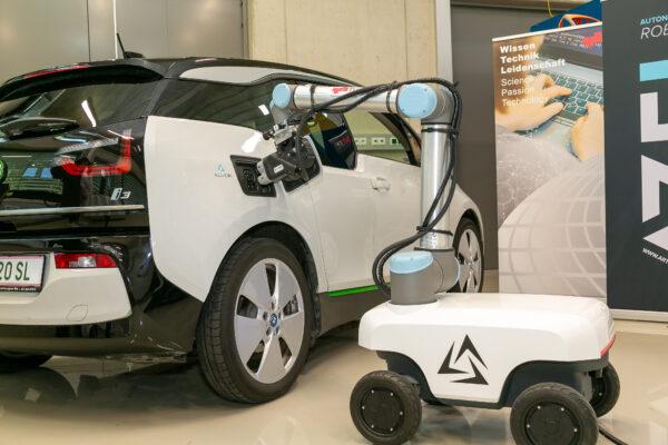 Prototyp: Mobiler Roboter zum Laden von E-Autos